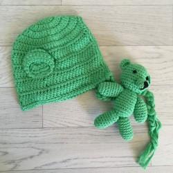 Set bonnet monkey et doudou en crochet, modèle vert  Réf.8