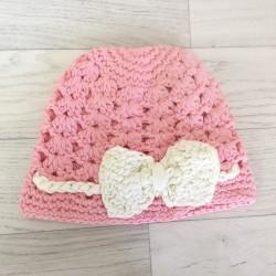 Bonnet boule au crochet vieux rose et crème de 0 à 2 ans