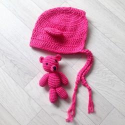 Set bonnet monkey et doudou en crochet, modèle fuchsia Réf.12